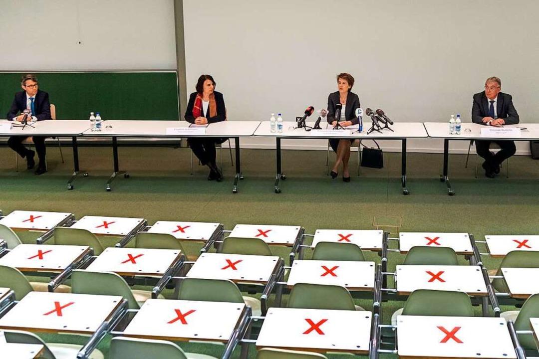 Von links: Lukas Engelberger, Mitglied...abstand an einer Pressekonferenz teil.    Foto: Georgios Kefalas (dpa)