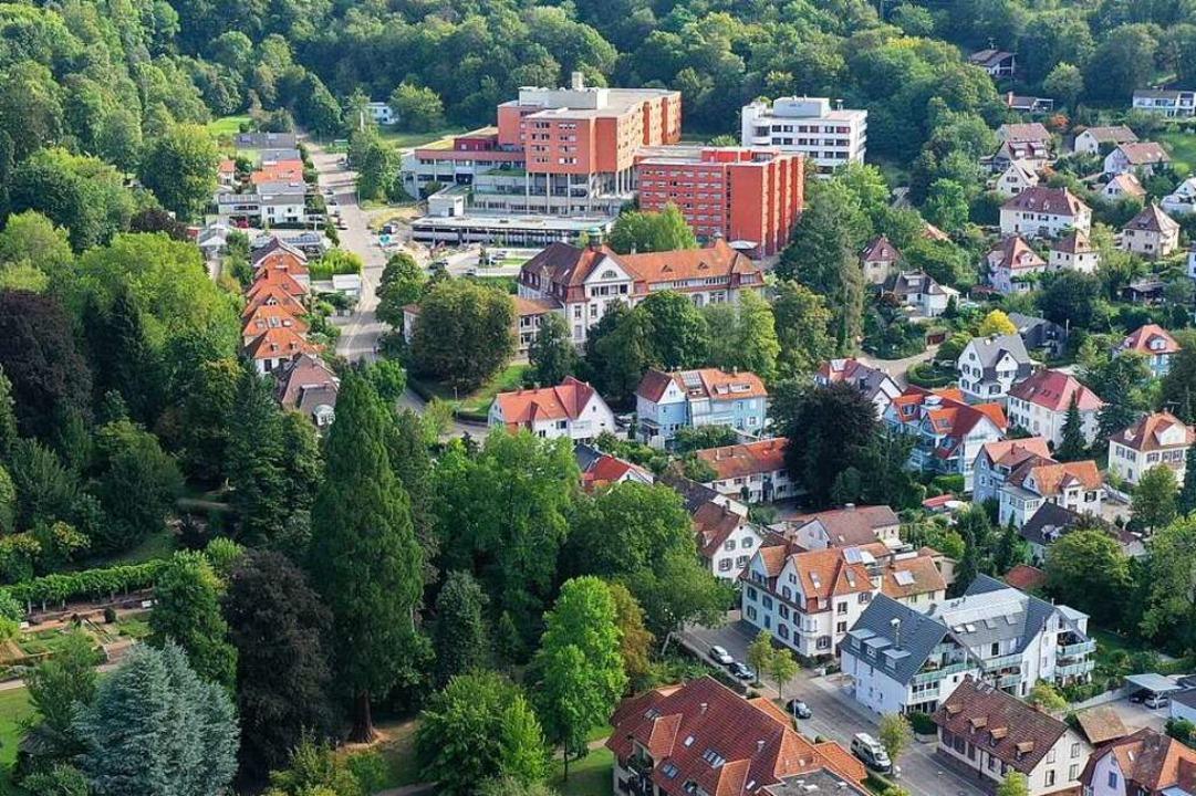 Das Emmendinger Kreiskrankenhaus (oben...2012 eröffneten Erweiterungsbau (weiß)  | Foto: Matthias Weniger