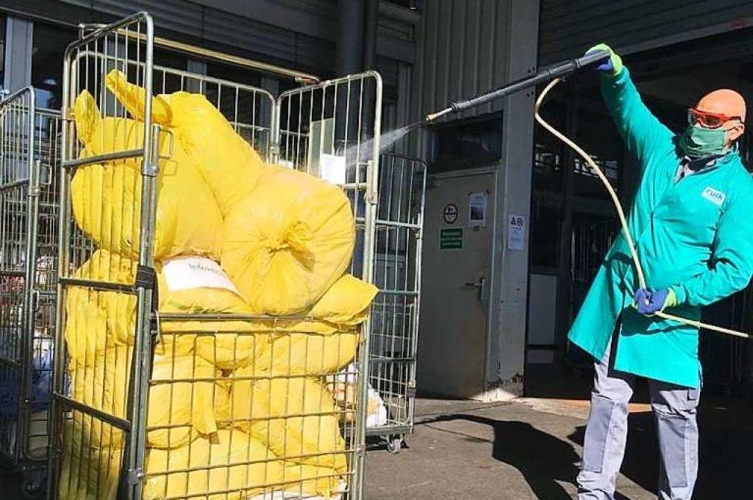 Ein Mitarbeiter der Wäscherei Ruck des...n mit Textilien aus einem Krankenhaus.    Foto: Privat
