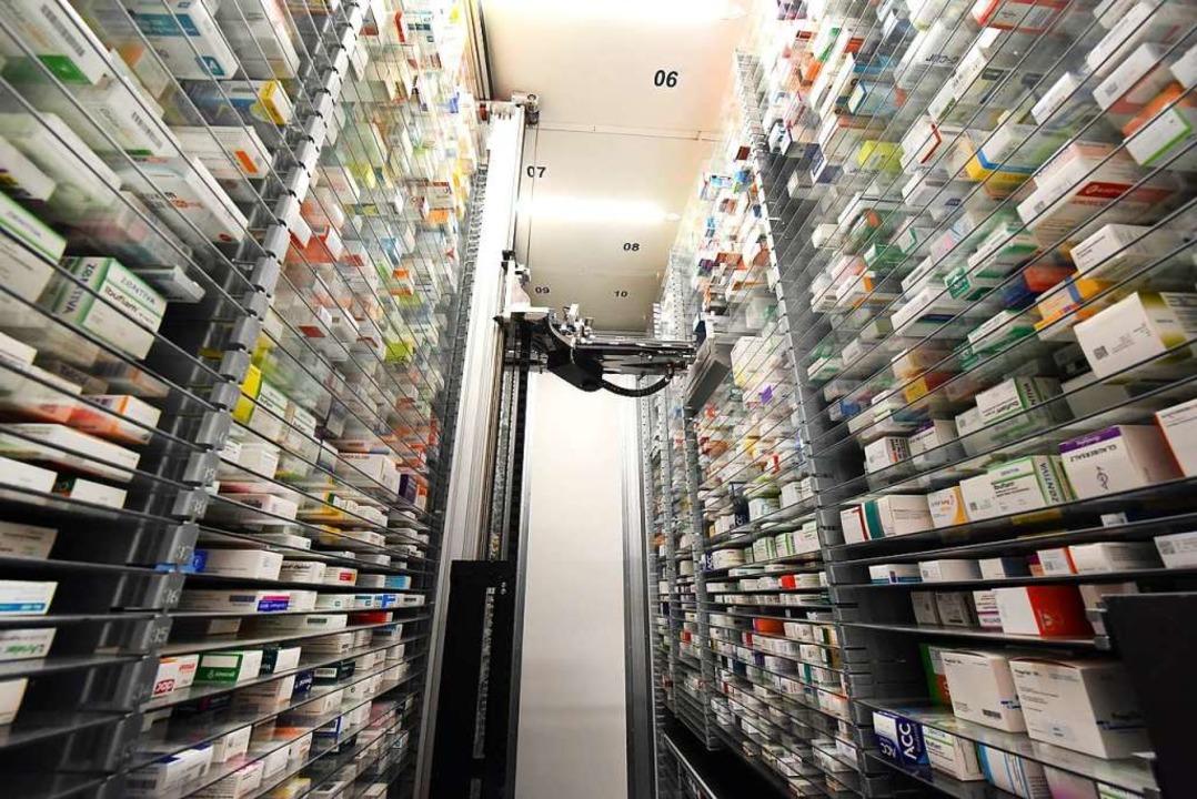 Medikamente in einem Lager in einer Apotheke.  | Foto: Waltraud Grubitzsch (dpa)