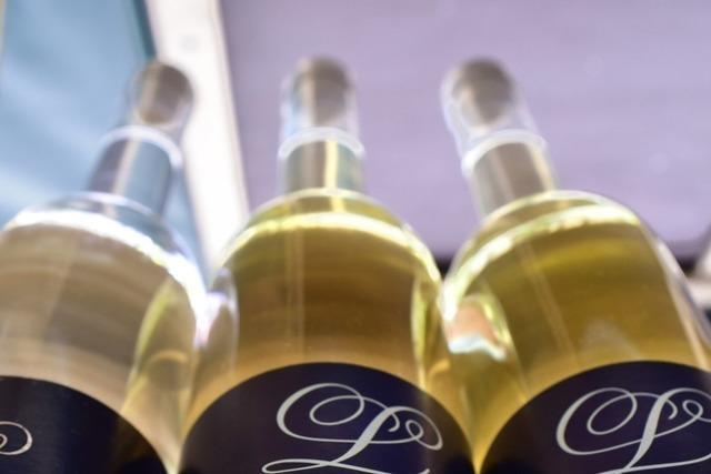 Einbrecher stehlen drei Weinflaschen aus einem Keller