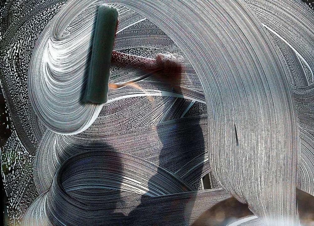 Von Oben nach Unten und in S-förmigen ...echnik fällt das Fensterputzen leicht.  | Foto: Wolfgang Kumm