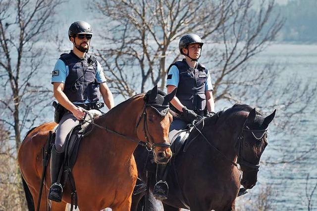 Wie die Reiterstaffel der Polizei die Corona-Verordnung am Schluchsee kontrolliert