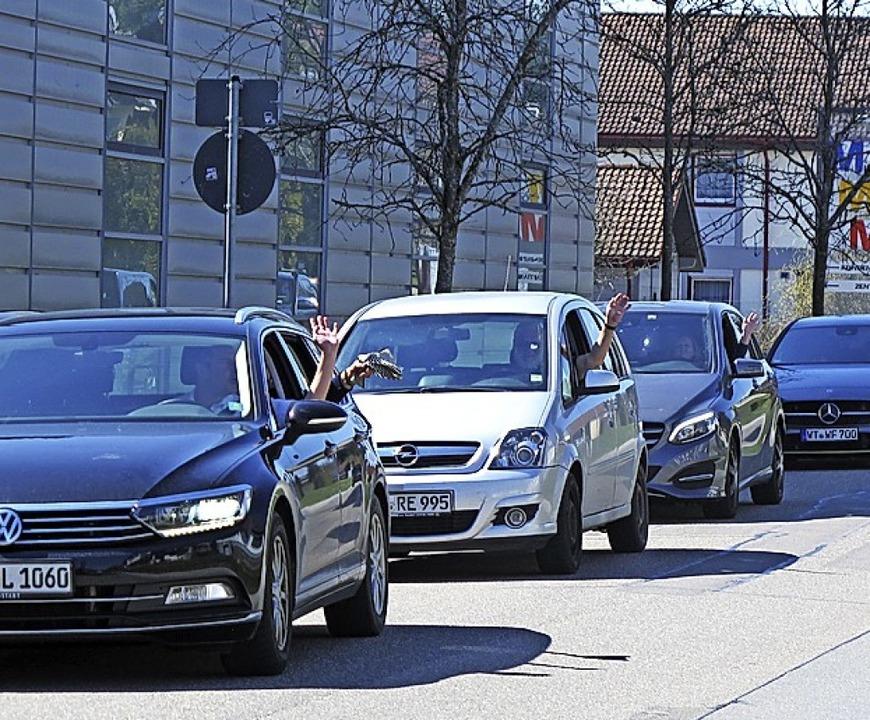Aus dem Auto heraus gratulierten Mitglieder des PSV Pitt Grabow zum  Geburtstag.    Foto: Heidi rombach