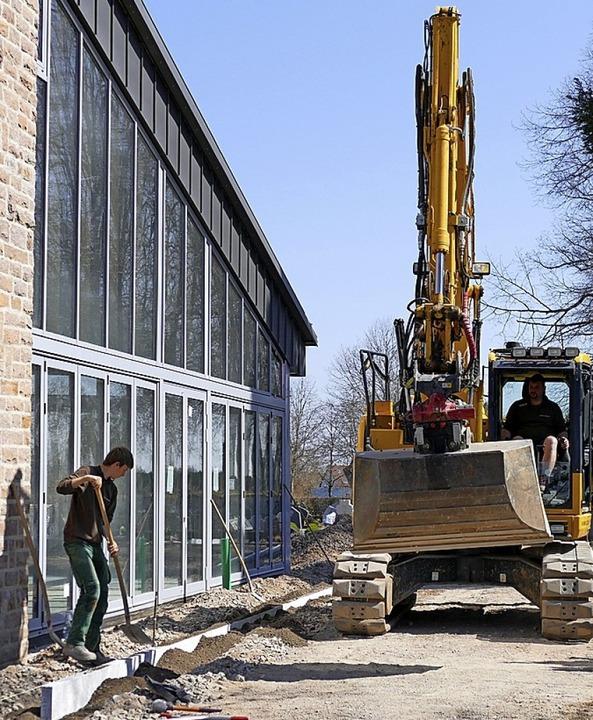 Die Arbeiten an der Einsegnungshalle laufen auf Hochtouren.   | Foto: Juliane Kühnemund