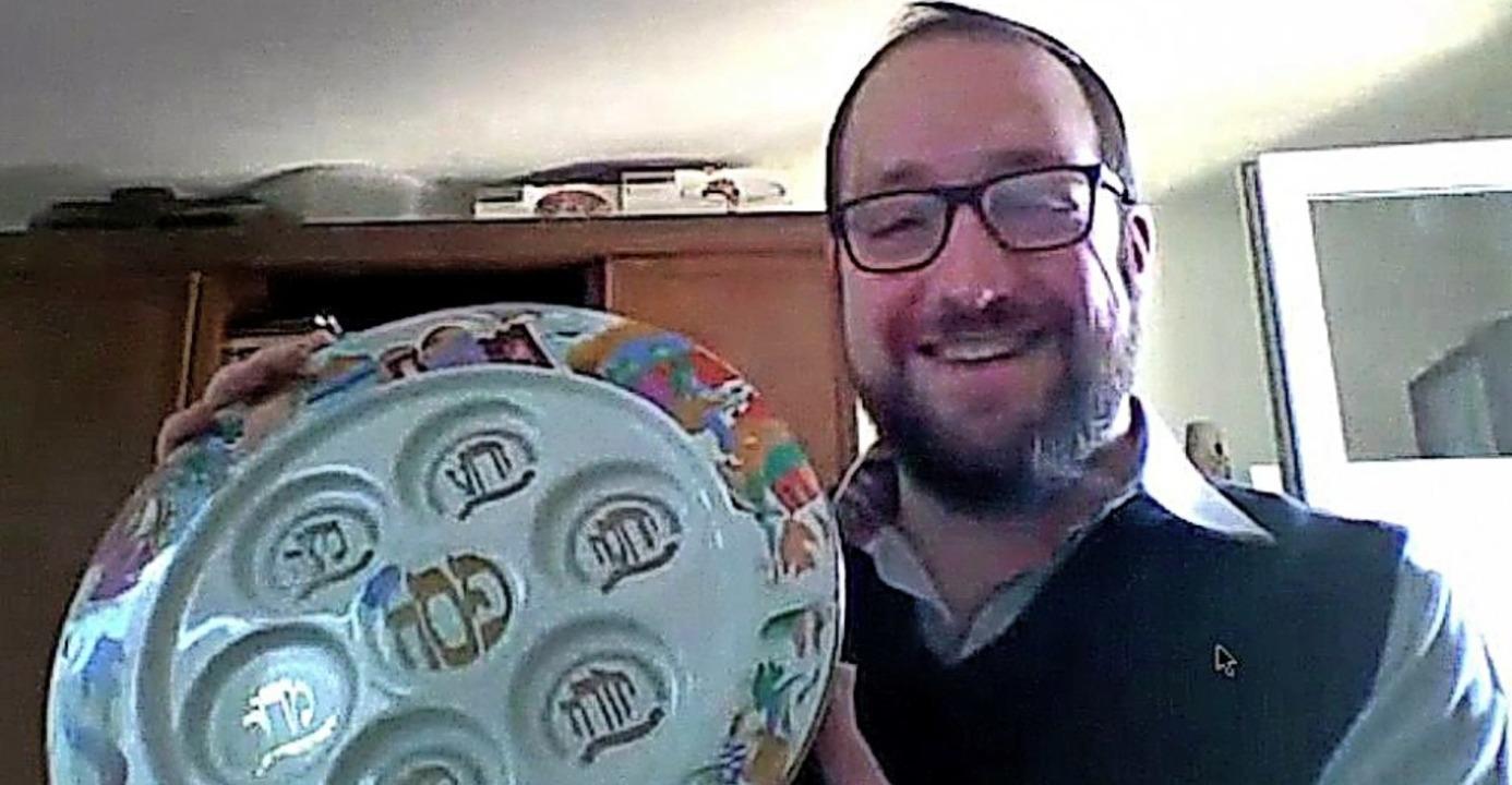 Rabbiner Yaakov Yosef Yudkowsky erklär...derem den Gebrauch des Seder-Tellers.     Foto: Screenshot: Markus Zimmermann