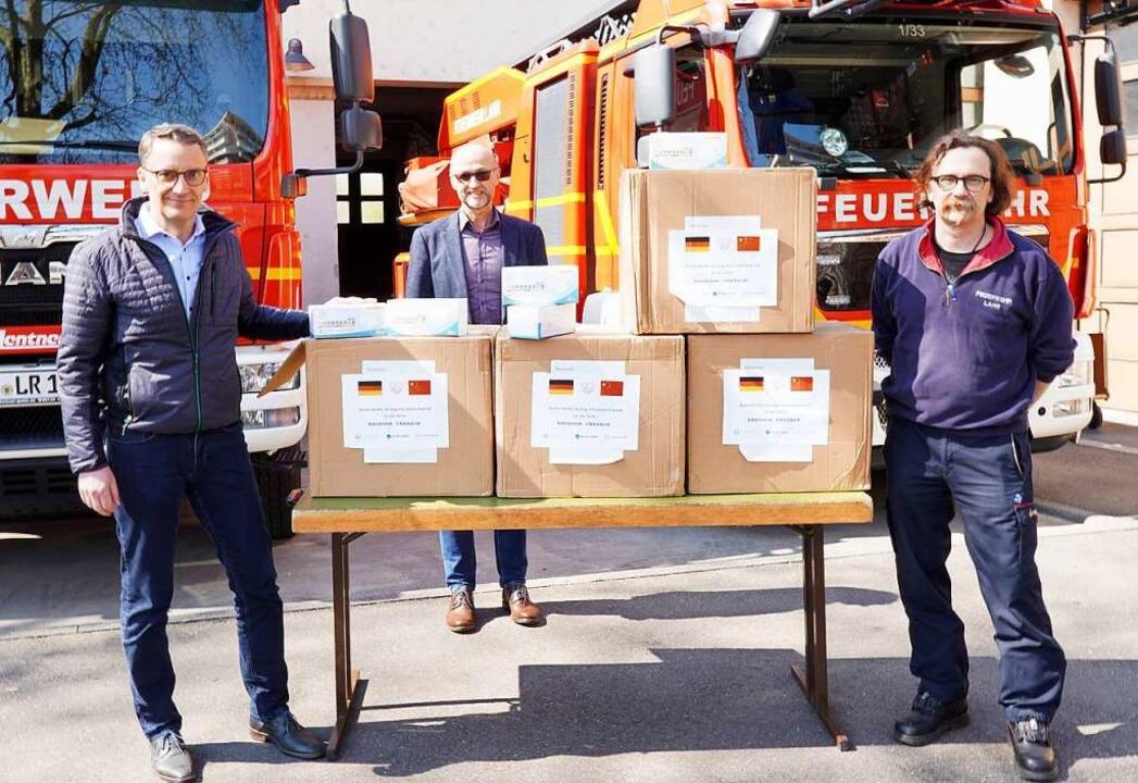 Schutzmasken aus China - Von links: Ob...rger, Kommandant Feuerwehr Stadt Lahr.  | Foto: Stadt Lahr