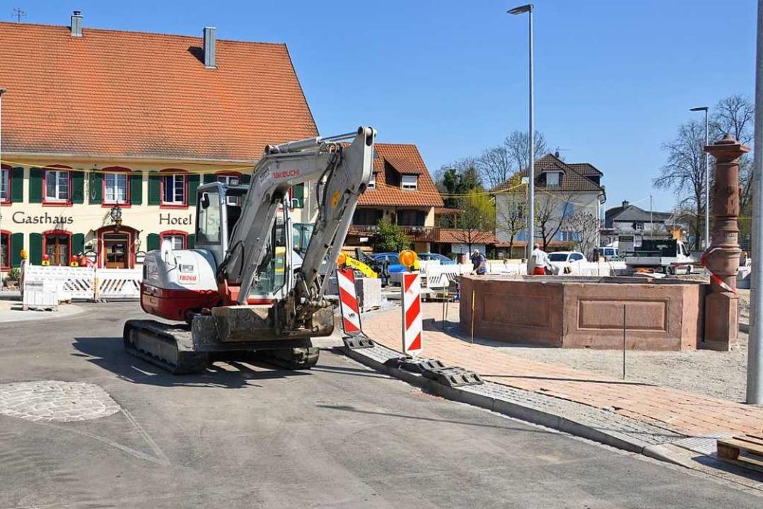 Beim Bau des neuen Kreisverkehrs wurde...m wenige Meter versetzt neu aufgebaut.  | Foto: Jutta Schütz