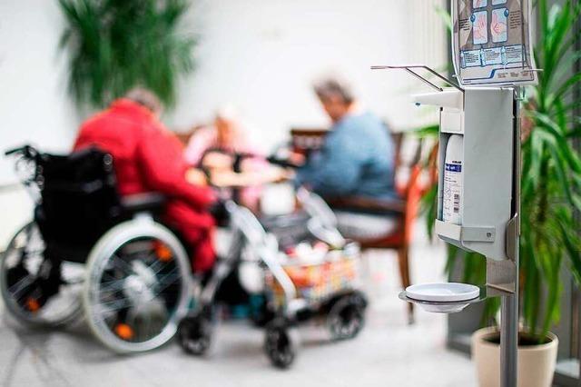 Bewohner von Altenheimen zeigen sich überwiegend einsichtig
