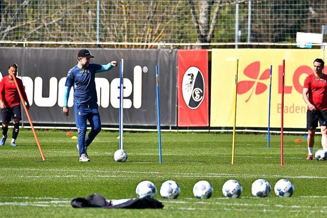 Die SC-Spieler Amir Abrashi (links) un...nweisungen von Co-Trainer Lars Voßler.  | Foto: Achim Keller