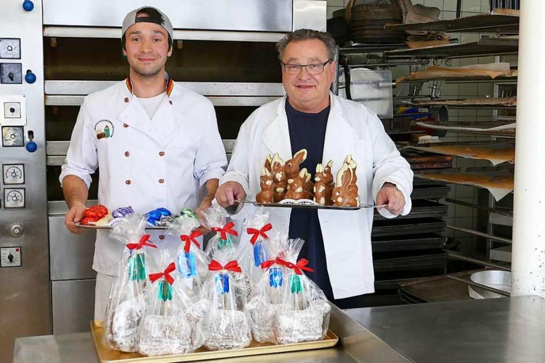 Betrieb in der Backstube der Bäckerei ...Eierpralinen in Handarbeit produziert.  | Foto: Juliane Kühnemund