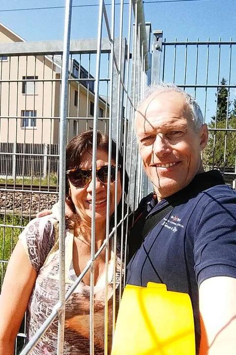 Sottru mit seiner Partnerin Rossana am Grenzzaun in Riehen.  | Foto: Privat