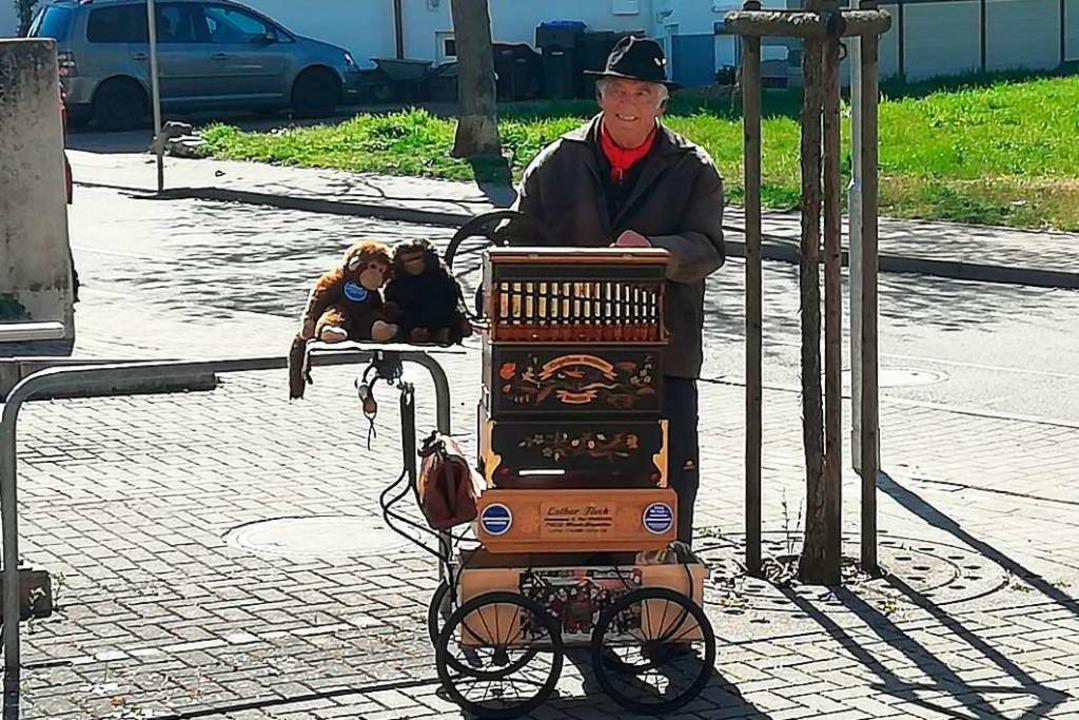 Vor dem Hugstetter Seniorenheim spielt...it der Drehorgel für die Bewohner auf.  | Foto: Stefanie Zepf