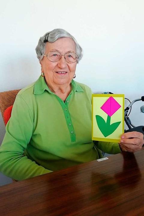 Eine Bewohnerin des Seniorenheimes in ...imbewohner gemalt und gebastelt haben.  | Foto: Stefanie Zepf