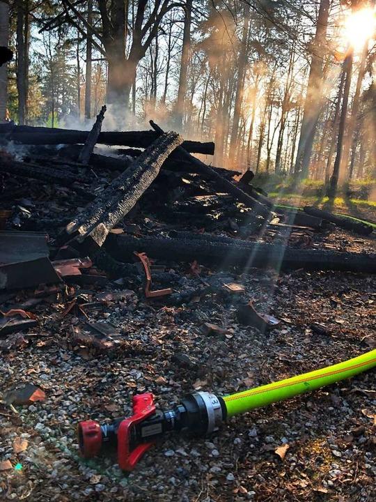 Die Heuberg-Hütte ist am Dienstag voll...annt. 16 Wehrleute löschten den Brand.  | Foto: Feuerwehr Kandern