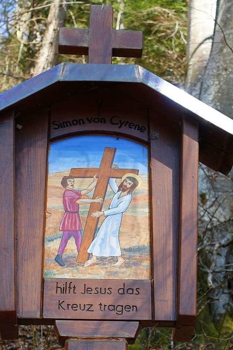 5. Station: Simon von Zyrene hilft Jesus das Kreuz zu tragen.  | Foto: Martha Weishaar