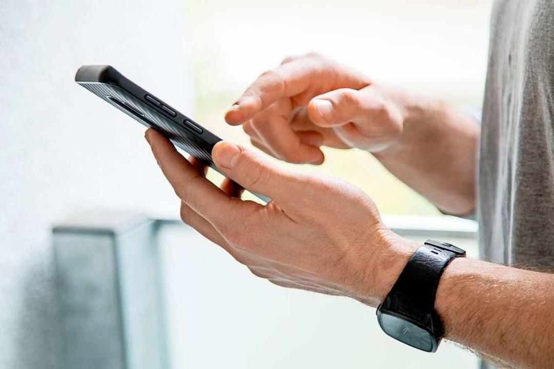 Wer nicht von Google getrackt werden w...artphone im Google-Konto deaktivieren.  | Foto: Christin Klose (dpa)