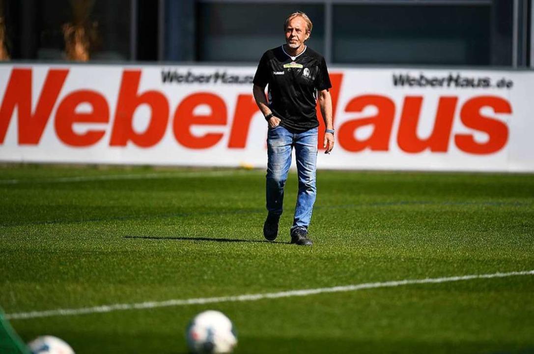 Dem Rasen des Schwarzwaldstadions geht...ch Greenkeeper Alfred Melcher freuen.   | Foto: Patrick Seeger (dpa)
