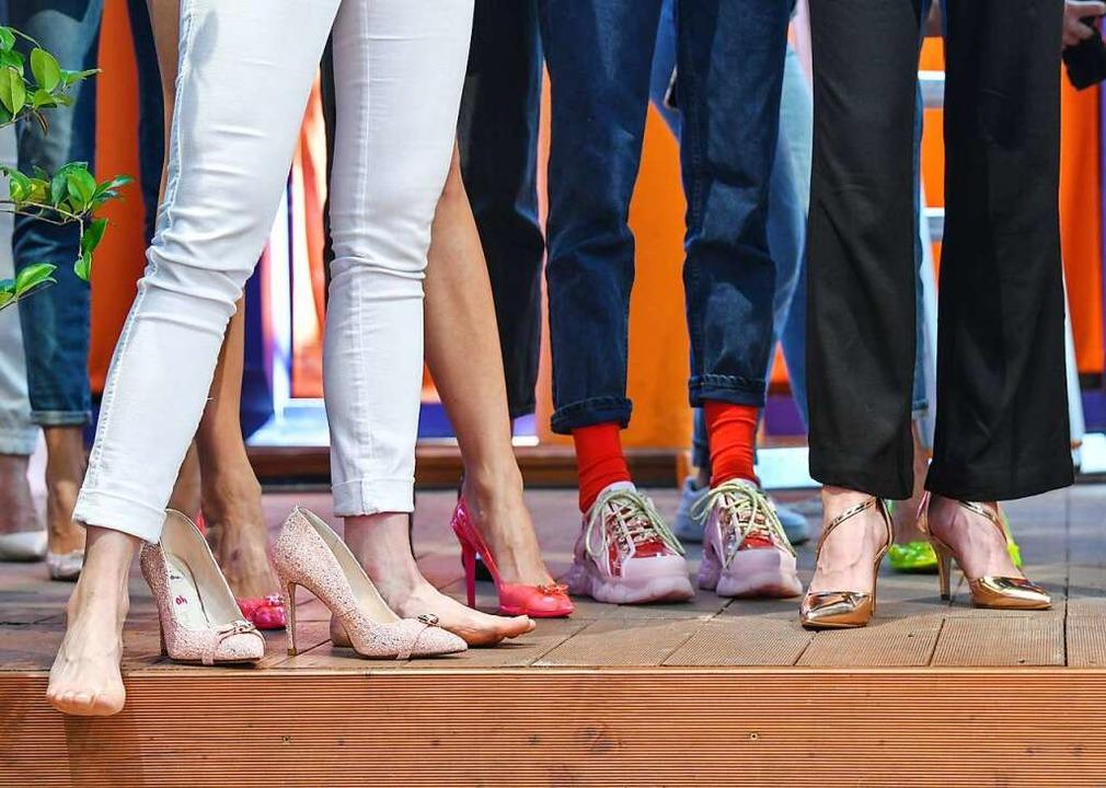 Mode muss man nicht immer selbst besit...glichkeiten, sich Kleidung zu leihen.   | Foto: Jens Kalaene (dpa)
