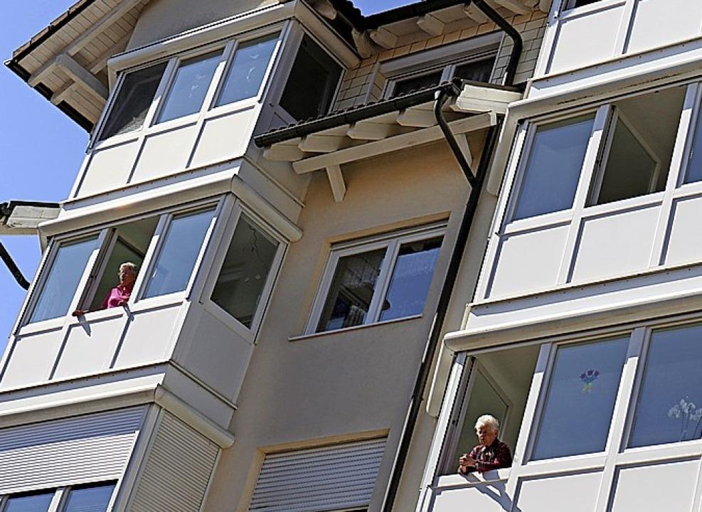 Wie bei einem interaktiven Adventskale... um Fenster,  die Senioren machen mit.  | Foto: Gudrun Deinzer