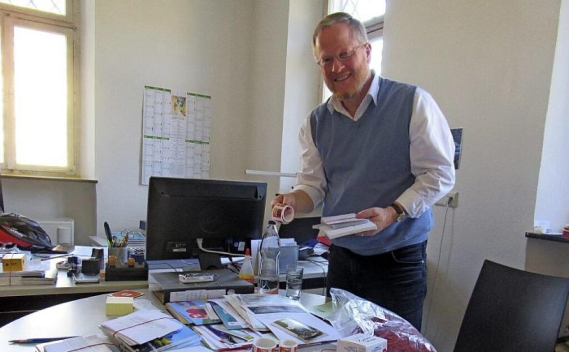 Pfarrer Kornelius Gölz vor einem Tisch...600 Adressen in seinem Gemeindegebiet   | Foto: Susanne Haupt-Kerkovius