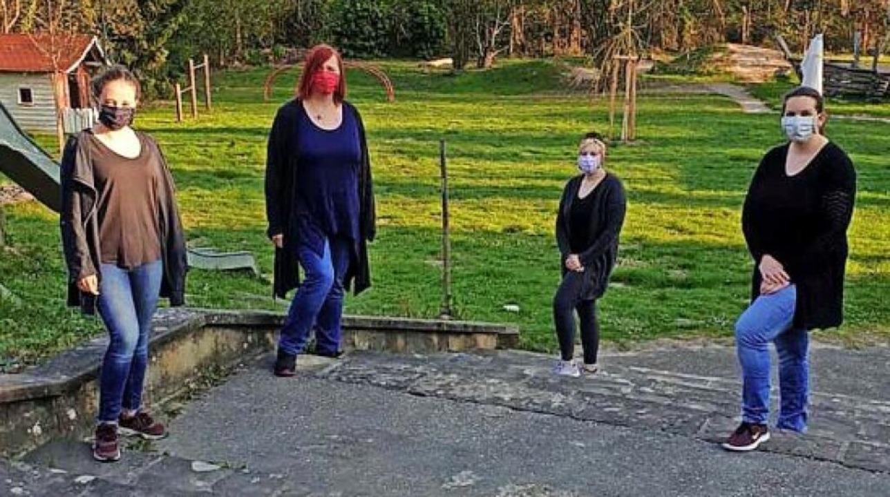 <BZ-FotoAnlauf>Schutterflöhe: </BZ-Fot... Erzieherinnen  mit Maske und Abstand     Foto: Privat
