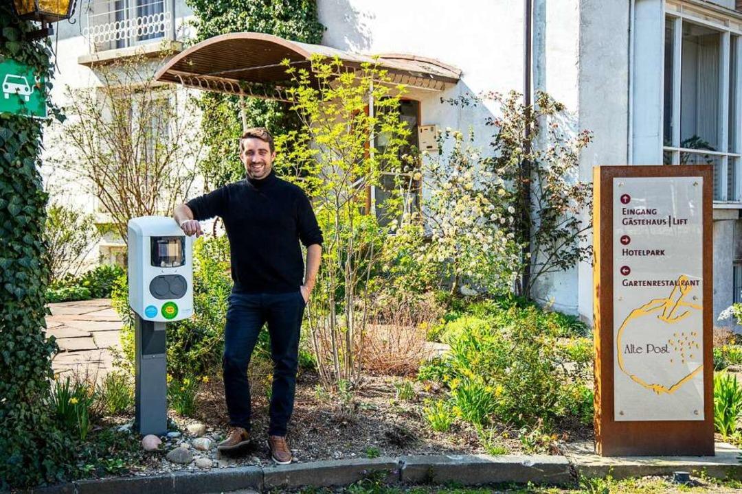 Fabrice Mack von der Alten Post in Mül...n der Ladesäule für Elektrofahrzeuge.   | Foto: Joss Andres