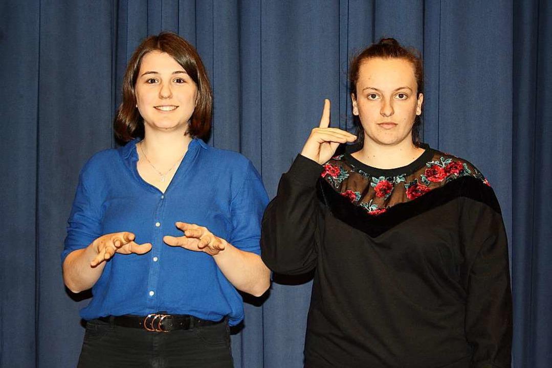 Zwei Schülerinnen gebärden Ludwig van Beethoven: Pianist und taub  | Foto: Elke Kamprad