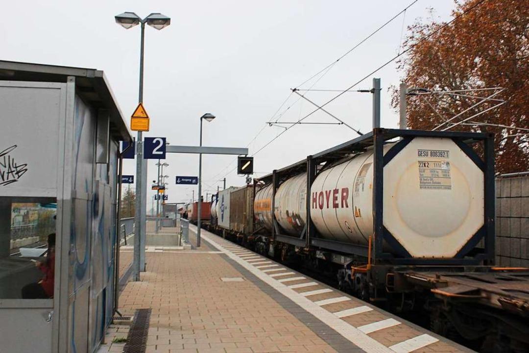 Ein Zug mit Gefahrgut passiert den Bahnhof in Schliengen.  | Foto: Victoria Langelott