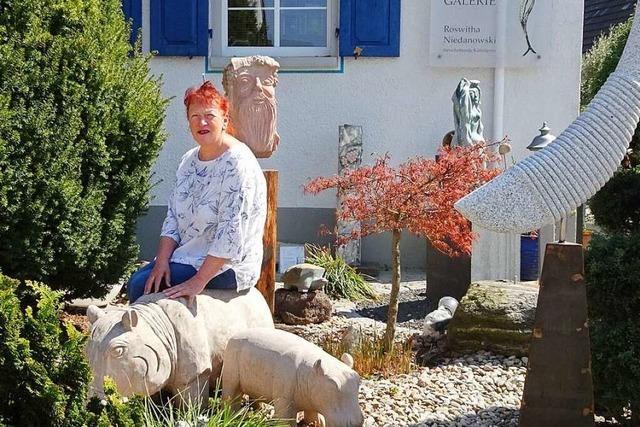 Künstlerin Roswitha Niedanowski freut sich über Gespräche im Skulpturengarten