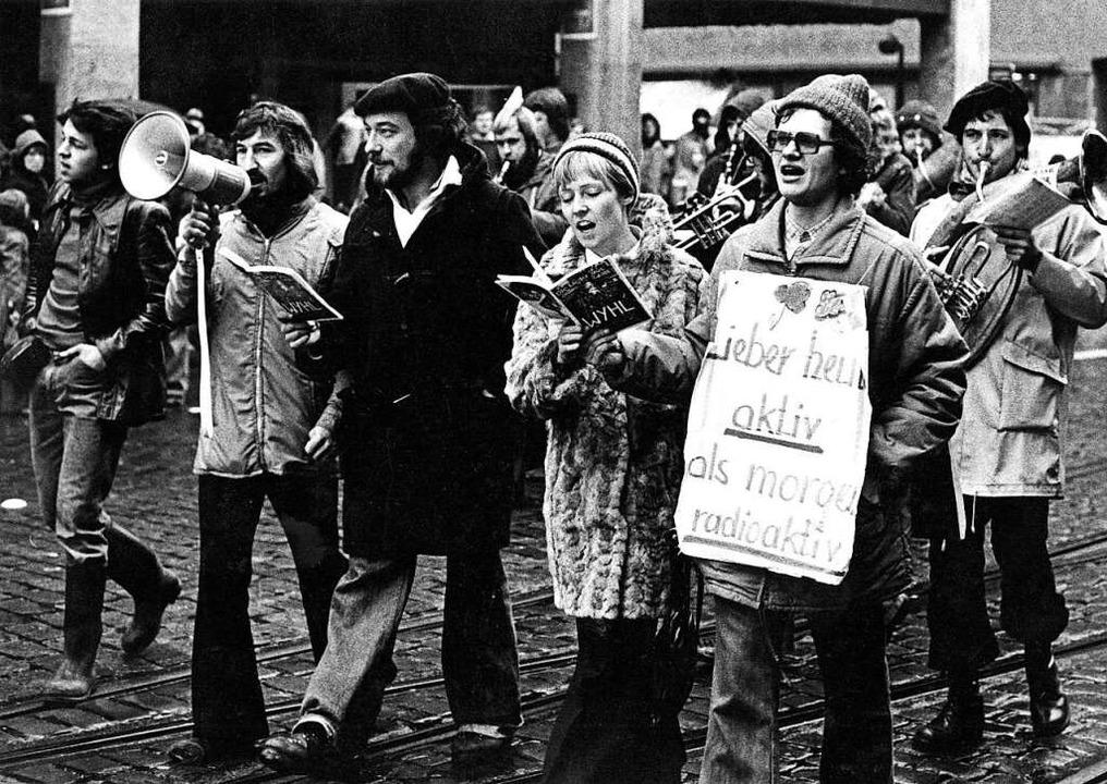 Eine Demonstration gegen AKW Wyhl am im Dezember 1975 in Freiburg.  | Foto: Martin Schulte-Kellinghaus