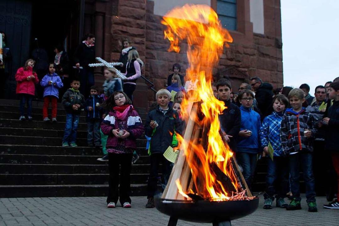 Ein Osterfeuer, um das sich die Mensch...irchengemeinde An der Schutter gehört.    Foto: Heidi Foessel