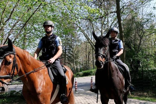 Über Ostern ist eine Reiterstaffel im Bad Krozinger Kurpark unterwegs