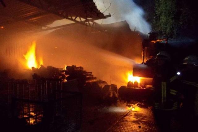 Holzlager in einer Maschinenhalle brennt