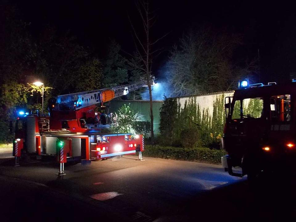 Die Denzlinger Feuerwehr bei ihrem näc...nenhalle eines Landschaftsbaubetriebs.  | Foto: Stephan Konrad