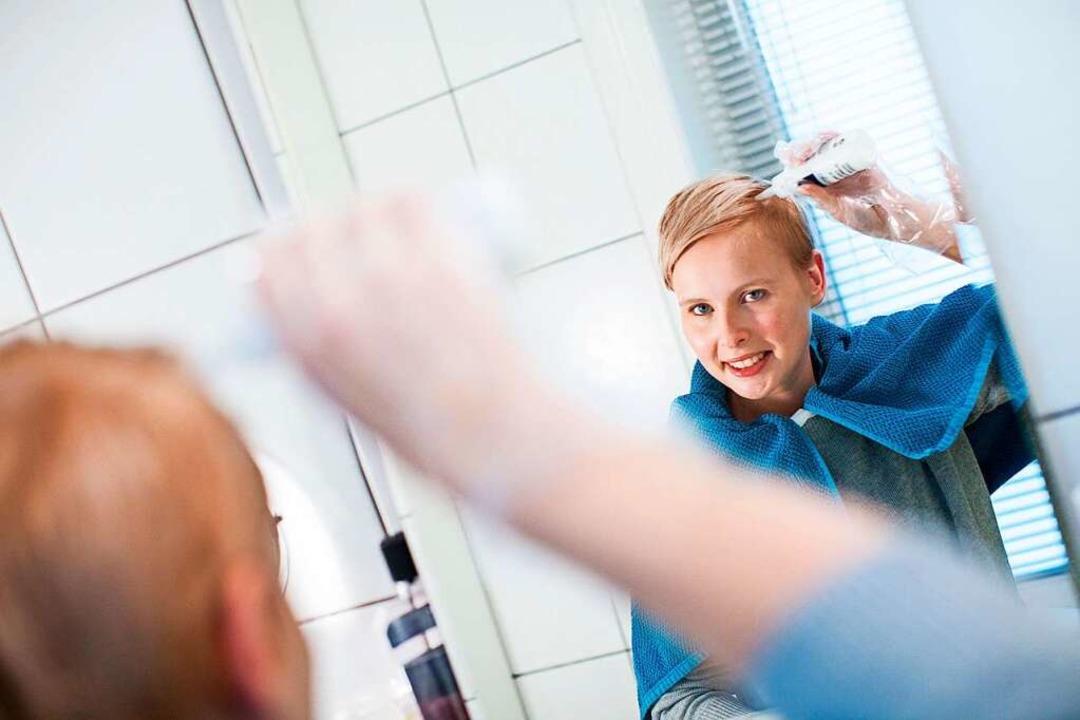 Zu Hause tönen, bis der Friseur wieder...n es zu unschönen Verfärbungen kommen.  | Foto: Christin Klose (dpa)