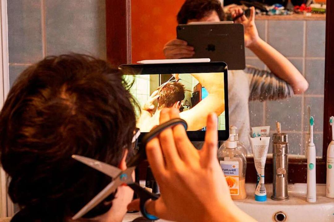 Viele greifen nun zu Hause zur Schere:...e Schäden für die Frisur zu schneiden.  | Foto: Thomas Frey (dpa)