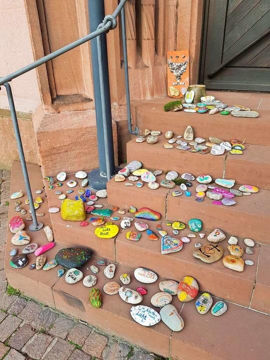 Und so findet man die Steine: einfach auf den Kirchenstufen  | Foto: Ev. Kirchengemeinden Köndringen und Mundingen