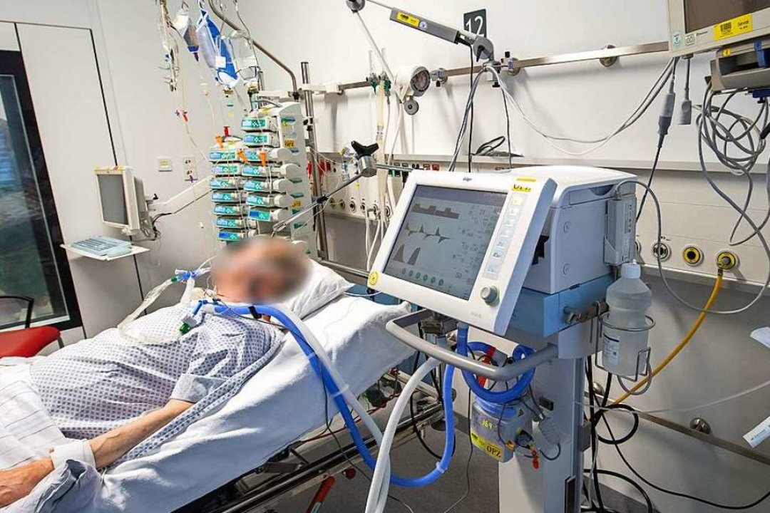 Ein Patient an einem Beatmungsgerät  | Foto: Peter Kneffel (dpa)