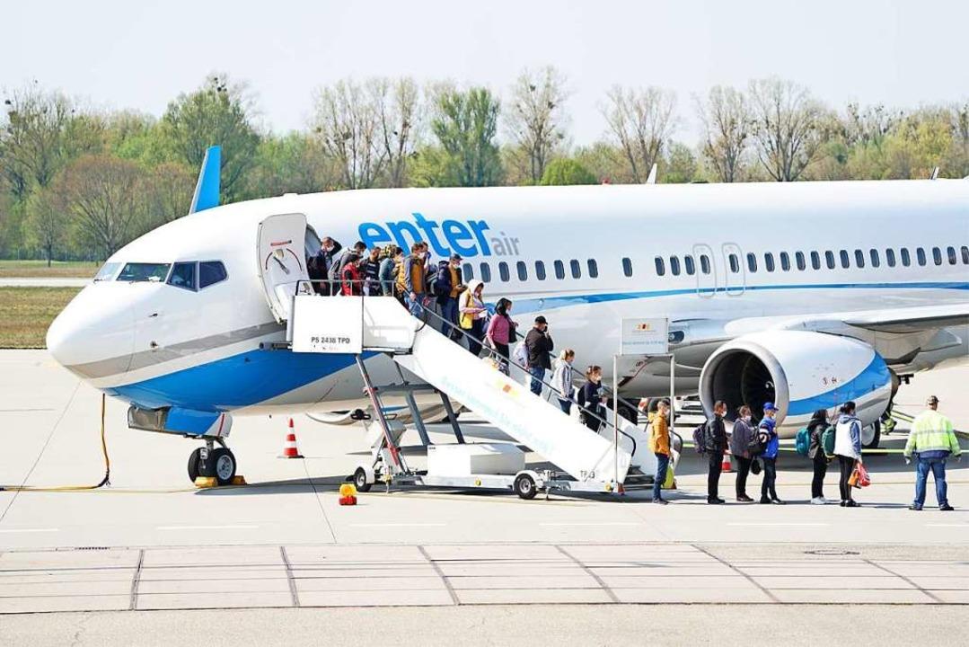 Rumänische Erntehelfer kommen am Baden-Airpark an.  | Foto: Benedikt Spether