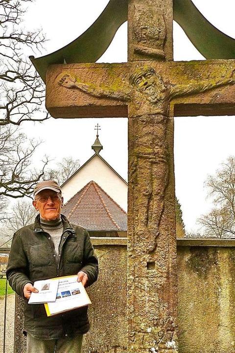 Otto Gaßmann zeigt seine Broschüre vor...ei der Obersäckinger Friedhofskapelle.  | Foto: Richard Kaiser