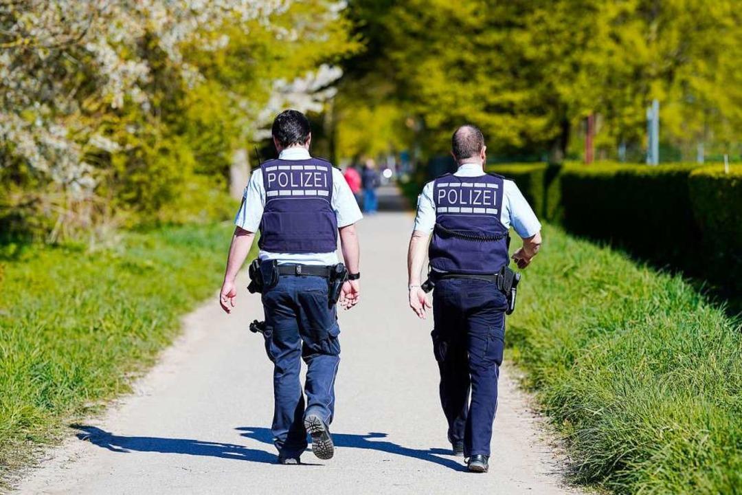 Polizei und Gemeindevollzugsdienst küm... die Einhaltung der Corona-Verordnung.  | Foto: Uwe Anspach (dpa)