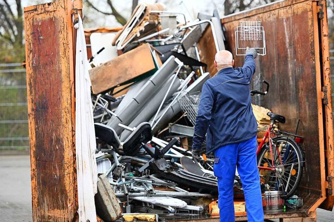 Die Abfallwirtschaft will ihre Anlagen am 20. April wieder öffnen (Symbolfoto).  | Foto: Uwe Zucchi (dpa)