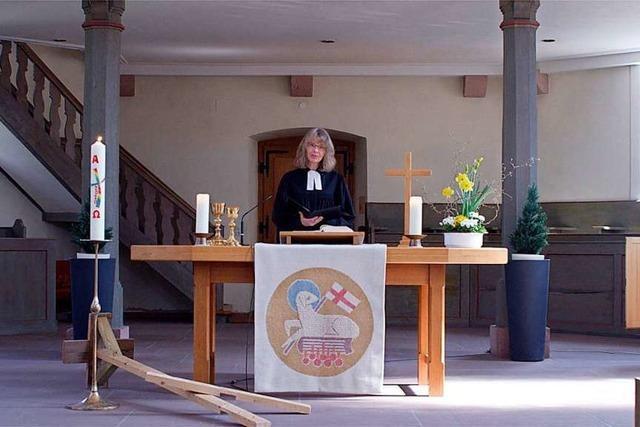 Pfarrer halten Gottesdienste in der leeren Kirche vor laufender Kamera