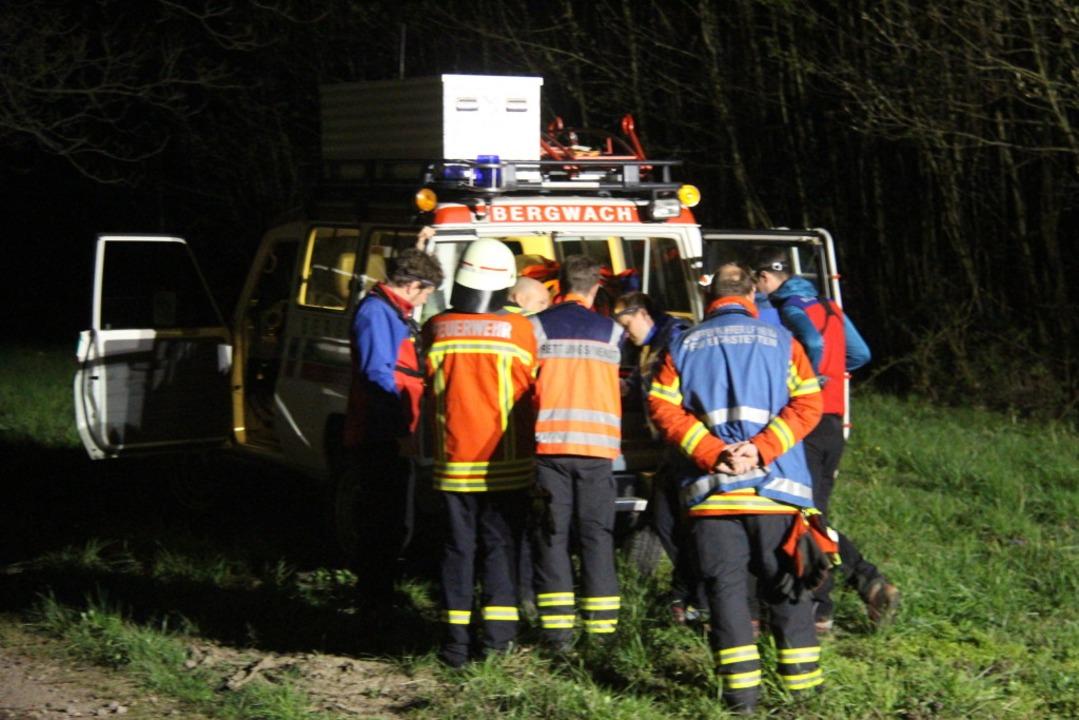 Besprechung der Rettungskräfte am Einsatzwagen der Bergwacht im Eichstetter Tal.  | Foto: Horst David