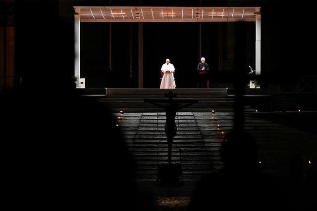 Papst Franziskus betet Kreuzweg ohne Gläubige auf dem Petersplatz