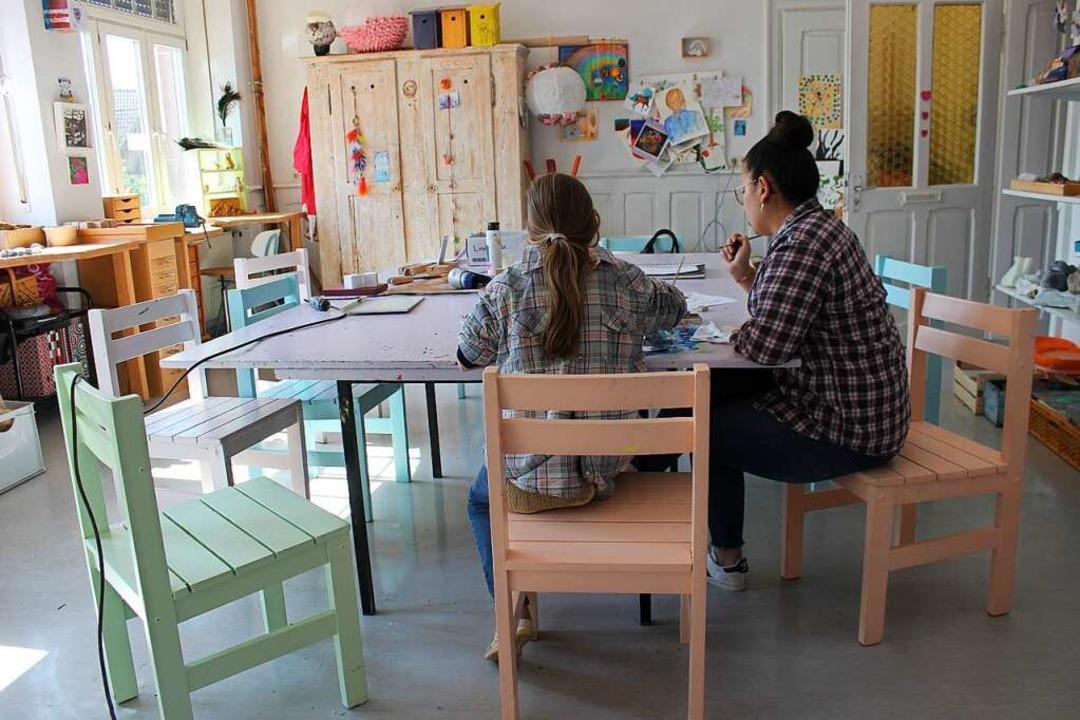 Im heilpädagogischen Zentrum beim krea...ien macht, laufen die Angebote weiter.  | Foto: Meike Suhm