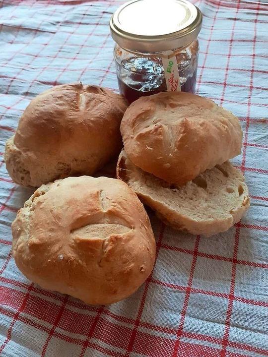 Für diese Schnellbrötchen muss man den...ssen. Frisch und lecker zum Frühstück.  | Foto: René Zipperlen/privat