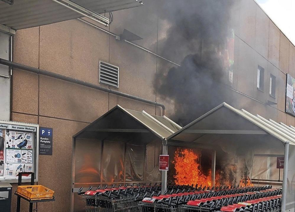 Die Rauchsäule beim Einkaufsmarkt an d...sichtbar, das Feuer schnell gelöscht.     Foto: Feuerwehr Emmendingen