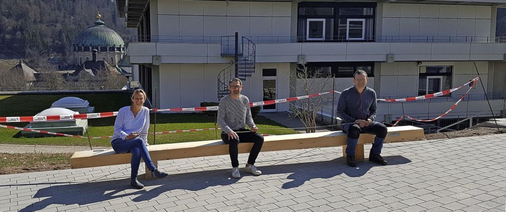 Schulleiterin Susanne Schwer, Architek... einer der neuen Bänke Platz genommen.  | Foto: Susanne Schwer